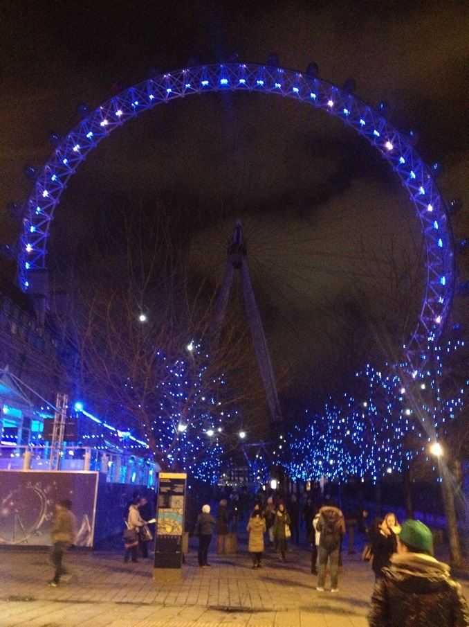 I feel that The London Eye looks much better at night. It is gorgeous all lit up at night!!
